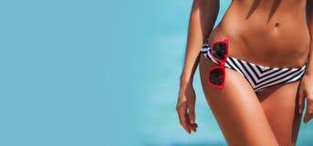 Donna in bikini ed occhiali da sole immagine stock libera da diritti