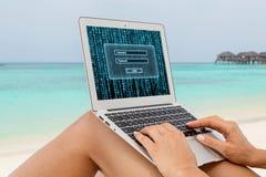 Donna in bikini facendo uso del computer portatile Immagini Stock Libere da Diritti