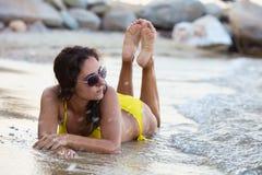 Donna in bikini giallo alla spiaggia fotografia stock