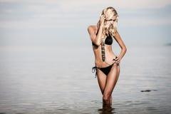 Donna in bikini nero fotografia stock libera da diritti