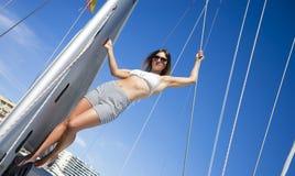 Donna in bikini su una barca a vela Fotografia Stock