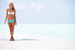 Donna in bikini sulla spiaggia immagini stock