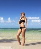 Donna in bikini sulla spiaggia caraibica immagine stock