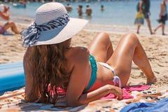 Donna in bikini sulla spiaggia sabbiosa Fotografia Stock