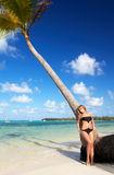 Donna in bikini sulla spiaggia tropicale immagini stock libere da diritti
