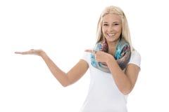 Donna bionda abbastanza giovane isolata sopra la presentazione di fabbricazione bianca Fotografia Stock Libera da Diritti
