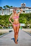 Donna bionda abbronzata graziosa nella posa del bikini all'aperto nel summertim fotografie stock