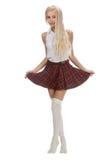 Donna bionda alla moda alla moda in gonna bianca di plaid e della camicia Immagine Stock