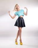 Donna bionda alla moda che posa nello studio. Immagine Stock Libera da Diritti