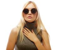 Donna bionda alla moda di bellezza che posa in vestiti alla moda e Bi Immagine Stock