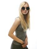 Donna bionda alla moda di bellezza che posa in vestiti alla moda e Bi Fotografie Stock