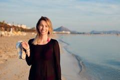 Donna bionda allegra che cammina lungo la spiaggia Immagine Stock Libera da Diritti