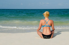 Donna bionda atletica che medita su spiaggia di Cancun Fotografia Stock Libera da Diritti
