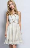 Donna bionda attraente in bello vestito bianco fotografia stock libera da diritti