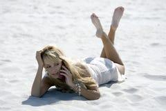 Donna bionda attraente con il cellulare Fotografie Stock Libere da Diritti