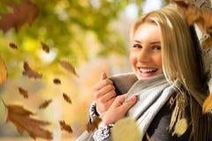 Donna bionda attraente nel sole di autunno fotografia stock