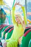Donna bionda bella di modo nel giorno di estate del parco di divertimenti fotografia stock libera da diritti