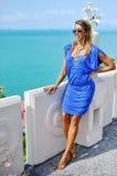 Donna bionda bella giovane in vestito blu che posa all'aperto in Unione Sovietica fotografia stock libera da diritti