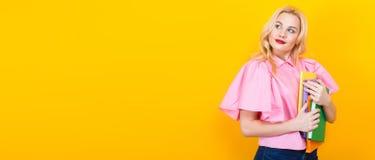 Donna bionda in blusa rosa con il mucchio dei libri Fotografie Stock Libere da Diritti