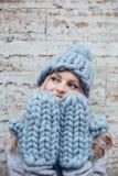 Donna bionda in cappello tricottato blu Fotografie Stock Libere da Diritti