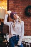 Donna bionda in cappello tricottato porpora Immagine Stock