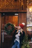 Donna bionda in cappello tricottato rosso Fotografia Stock Libera da Diritti