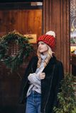 Donna bionda in cappello tricottato rosso Immagine Stock