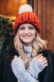 Donna bionda in cappello tricottato rosso Fotografia Stock