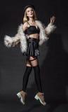 Donna bionda in cappotto di pelliccia fotografie stock