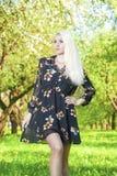 Donna bionda caucasica che posa contro Forest Outdoors verde Fotografie Stock Libere da Diritti