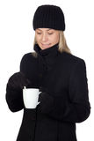 Donna bionda che beve qualche cosa di caldo Fotografia Stock Libera da Diritti