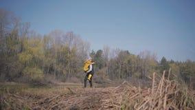 Donna bionda che corre all'uomo ed al salto bei barbuti ai suoi abbracci Vista di stupore di resto della foresta e del fiume di u archivi video