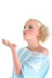 Donna bionda che dà un bacio della mano Immagine Stock
