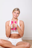 Donna bionda che fa le esercitazioni di forma fisica Fotografia Stock