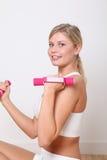 Donna bionda che fa le esercitazioni di forma fisica Fotografie Stock