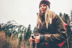 Donna bionda che fa un'escursione alle montagne della foresta Immagine Stock Libera da Diritti
