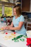 Donna bionda che forma i biscotti fotografie stock libere da diritti
