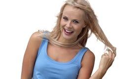 Donna bionda che gioca con i suoi capelli video d archivio