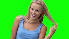 Donna bionda che gioca con i suoi capelli archivi video