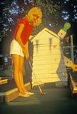 Donna bionda che gioca golf miniatura, Fayetteville, AR fotografia stock libera da diritti