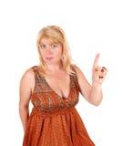 Donna bionda che indica dito immagini stock