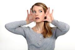 Donna bionda che lotta per sentire Fotografie Stock