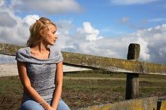 Donna bionda che osserva via Fotografie Stock Libere da Diritti
