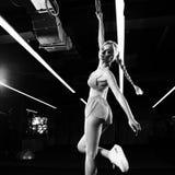 Donna bionda che posa con gli anelli relativi alla ginnastica Immagine Stock Libera da Diritti