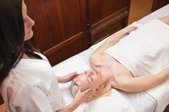 Donna bionda che riceve massaggio capo Fotografia Stock