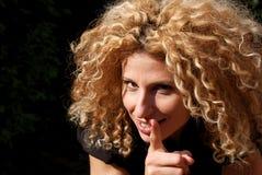 Donna bionda che scuote il suo dito Immagine Stock Libera da Diritti