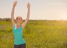 Donna bionda che si esercita nella foto di yoga di aria aperta sulla natura Fotografie Stock Libere da Diritti