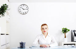Donna bionda che si siede nel suo ufficio. Fotografie Stock