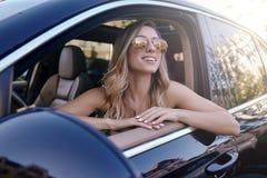 Donna bionda che si siede nell'automobile fotografia stock libera da diritti
