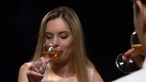 Donna bionda che tiene bicchiere di vino Chiuda su, lento video d archivio
